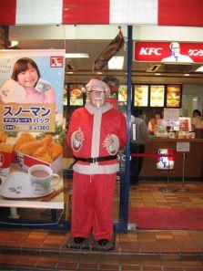 El coronel Sanders vestido de Santa Claus