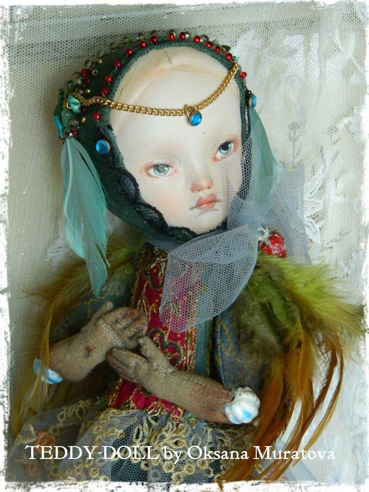 """Эта девочка Лея из коллекции """"Райские птички"""" .Главное украшение - бирюзово-малиновый кусочек от антикварного индийского сари, расшитый бисером и канителью. Крылышки - это красивые перышки зелено-охристых оттенков. Так же использовался бархат, натуральные камни, бисер, перья цвета бирюзы, жаккард с набивным рисунком. Головка вылеплена из паперклея, все остальное - вискоза темного цвета и бархат. Рост 23см. www.salon-naftalin.ru"""