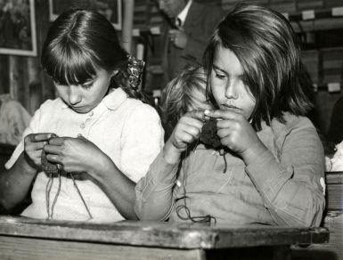 Breien op school. De meisjes hadden handwerkles en de jongens werkten in de tuin van de bovenmeester!