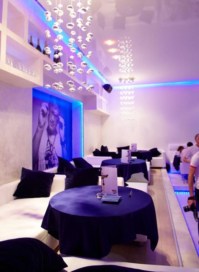 https://i.pinimg.com/736x/23/42/73/234273d0b5bf245e64d5509b824efe64--design-bar-restaurant-modern-bar.jpg