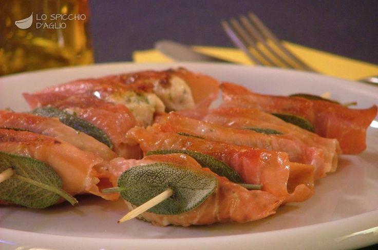 Scopri il modo migliore di preparare Spiedini di pollo arrotolato al prosciutto in 30 minuti. Solo 350 kcal a porzione!