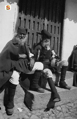 Anziani in abito tradizionale, piazza S. Giovanni-Nuoro Data di realizzazione: sec. XIX ultimo decennio - sec. XX primo trentennio