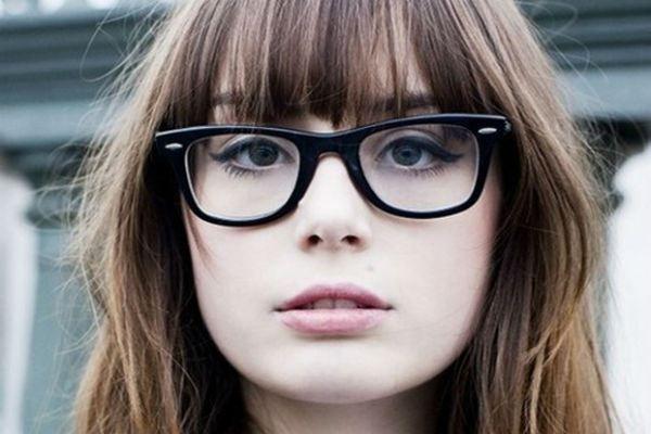Make Up Tipps Fur Gutes Aussehen In Brillen Stil Usw Styleetcetera Net Make Up Tipps Fur Ein G In 2020 Frisuren Schmales Gesicht Make Up Tipps Madchen Frisuren