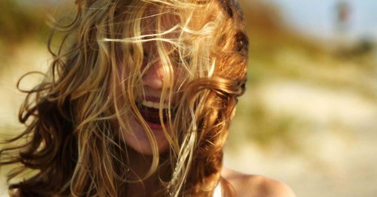 Com fazer um spray de praia para os cabelos. Os dias de verão trazem à tona memórias de um período sem preocupações, durante o qual você deixava os cabelos secarem ao vento, depois de deleitar-se no mar e na areia. A textura de seu cabelo muda com a adição do sal marinho. Consiga ondas naturais e despojadas a qualquer hora, sem ter que ir à praia, criando um spray de praia para cabelos feito ...