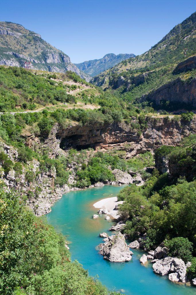 """""""Dangerous road"""" along the Morača river canyon   """"Nebezpečná cesta"""" podél kaňonu řeky Morači"""