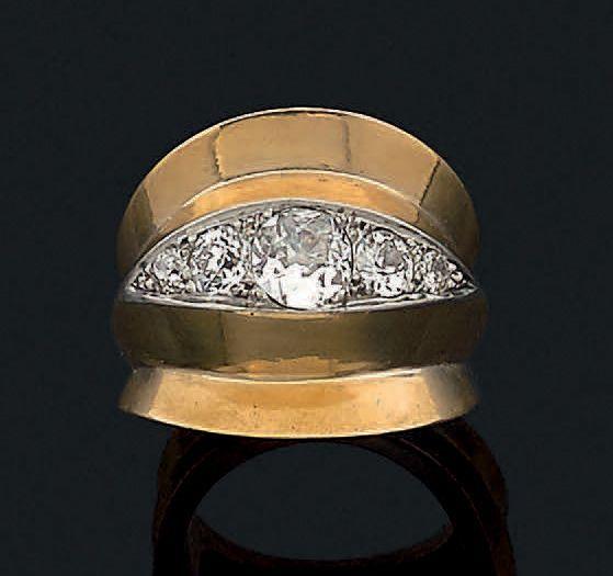 SUZANNE BELPERRON Bague en or jaune 18K et platine sertie d'une ligne de diamants de taille ancienne en chute entre deux zones concaves. Poinçon de maître Groene & Darde. Tour de doigt: 52 Pb: 12 gr Accompagnée… - Aguttes - 23/06/2016