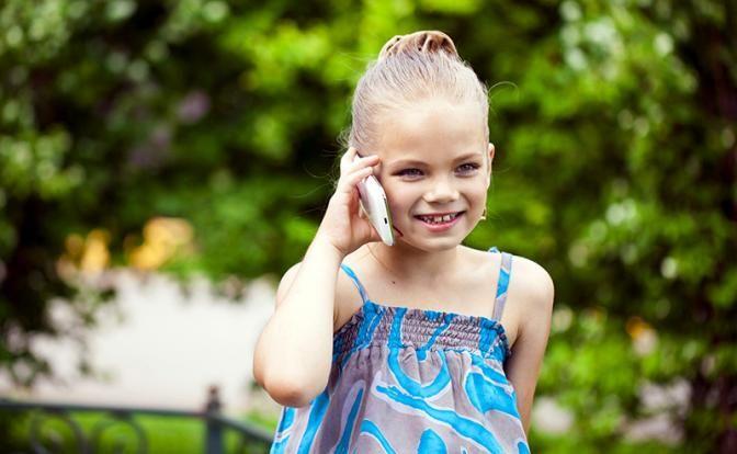 ВЧехии было проведено исследование, пытающееся определить возраст, вкотором ребенку уже можно пользоваться смартфоном. Для этого было проведен опрос, вкотором приняли участие 1500 человек.  Исследование показало, что 38% чехов покупает детям смартфоны после 8 лет. От20 до25% снабжают детей смартфонами впервых классах итолько 9 процентов дожидаются окончания начальной школы. При этом, ученые полагают, что оптимальный возраст для покупки смартфона ребенку— это 8−10 лет, нотелефон…