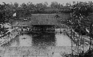 PEMANDIAN TJIHAMPELAS Merupakan kolam renang pertama di Indonesia, berumur kurang lebih 105 tahun. Salah satu dari sedikit bangunan yang berumur 100 tahun di Bandung dan masih dipertahankan (Balai...