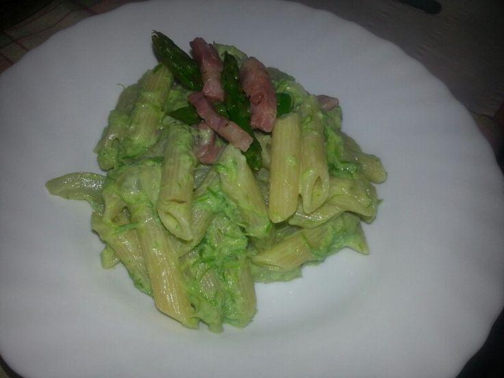 Penne con crema di asparagi e pancetta
