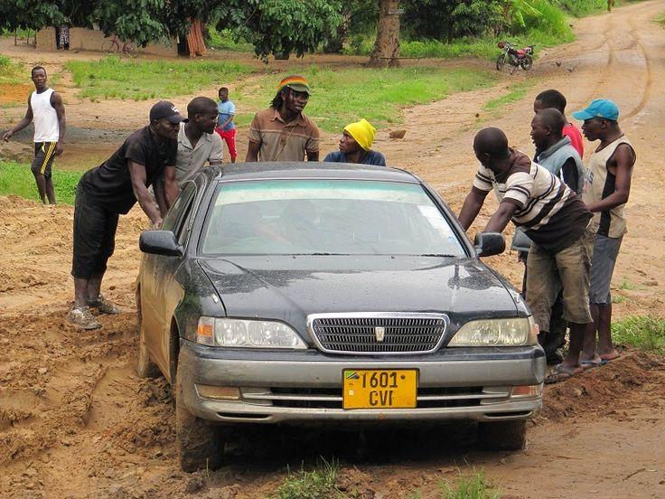 Isomman luokan riskitekijä, liikenne Afrikassa. Juuttuneena mutaan Tansaniassa