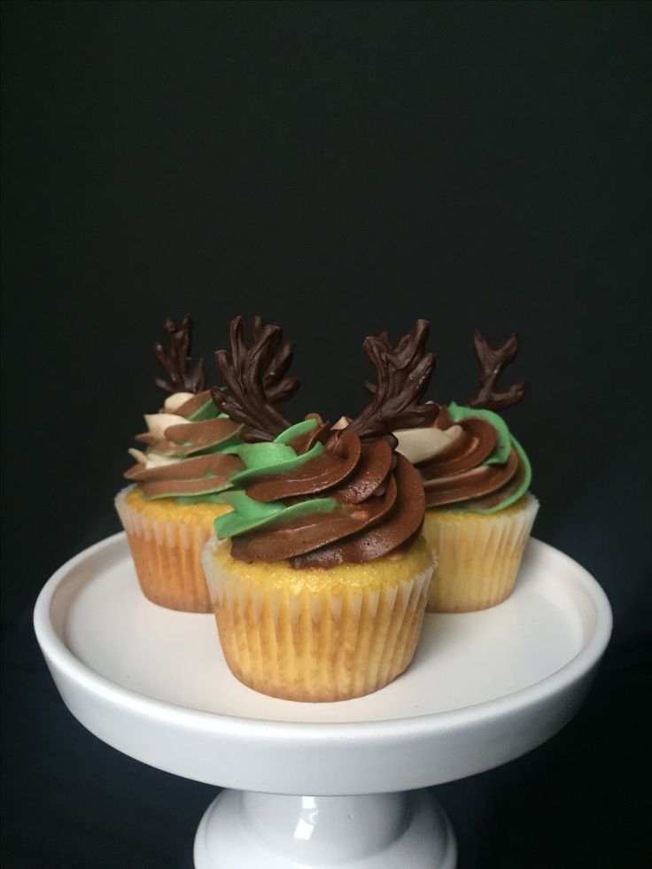 Camo cupcakes. Deer topper. Buck hunting cupcakes