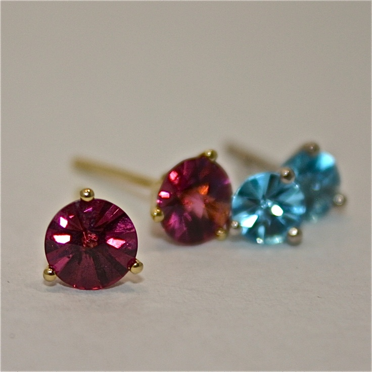 earstuds in 18ct yellow gold with SPIRIT CUT Rhodolites and in 18ct white gold with SPIRIT CUT Blue Topaz