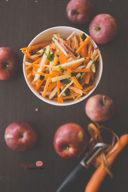 Surówka ze świeżych jabłek i marchewki, z imbirowym sosem