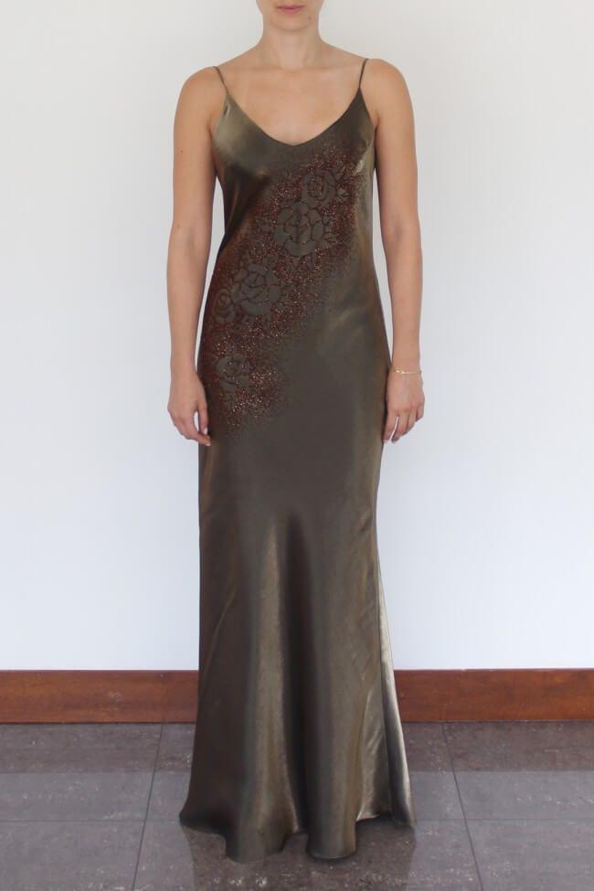 Verde Mariposa. Vestido de seda largo, caída tipo sirena, con escote en V, detalle de diseño de rosas en cristales.