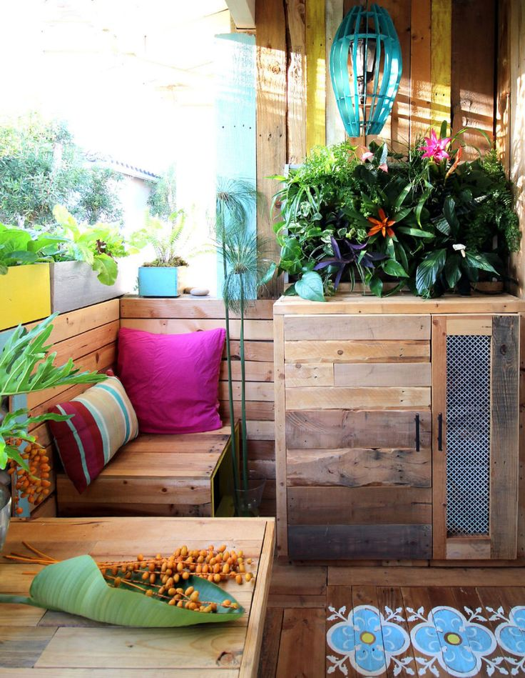 An Uninviting Patio Gets the Tropical Treatment