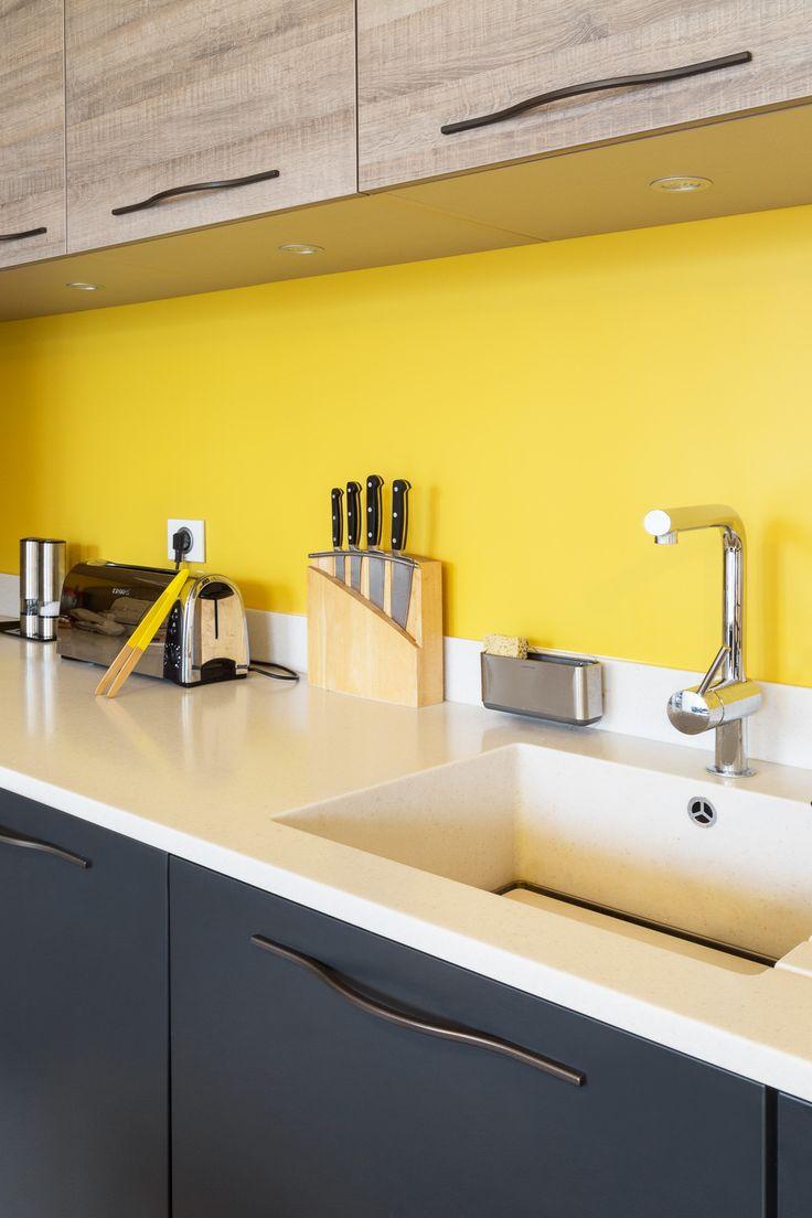 mur jaune vif comme contraste dans la cuisine - appartement haussmannien parisien réaménagé par Coralie Vasseur