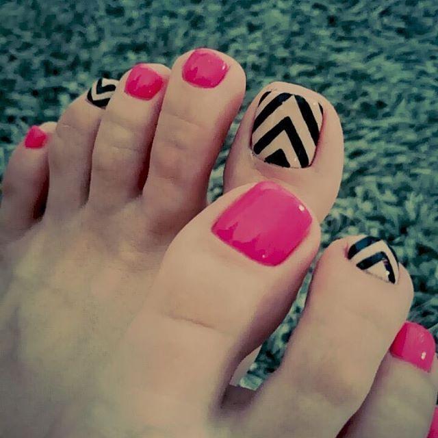 Stylish hotpink foot nails