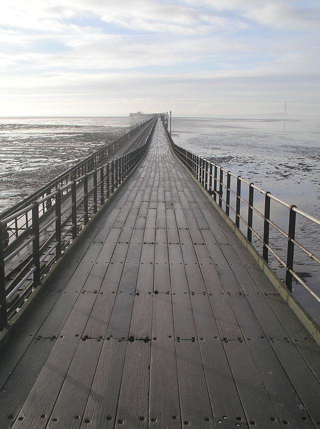 Píer Southend, na Inglaterra, Reino Unido. Este pier é o mais longo ancoradouro para lazer do mundo, com 2.158 m.  – Wikipédia, a enciclopédia livre