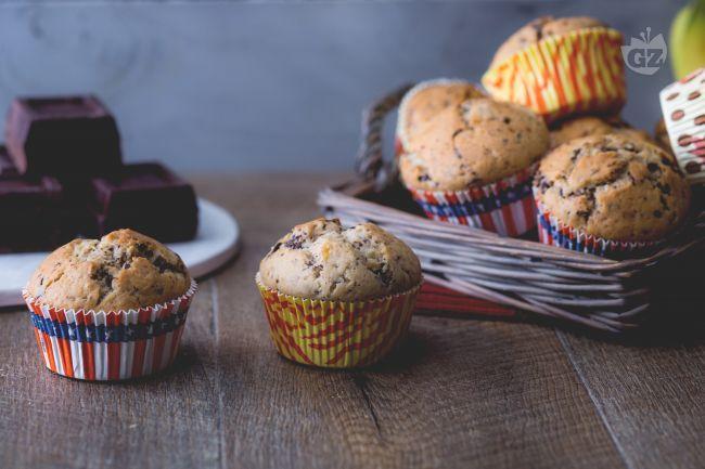 I muffin alla banana e gocce di cioccolato sono dei dolcetti golosi e energizzanti perfetti per iniziare la giornata con il piede giusto.
