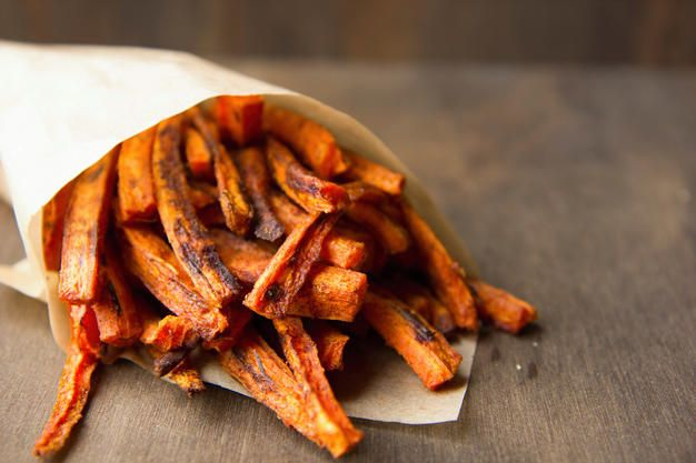 Heb je soms ook zo'n zin in frietjes? Probeer dan ees deze gezonde variatie op de klassieke patat: wortelfrietjes met kruiden uit de oven.