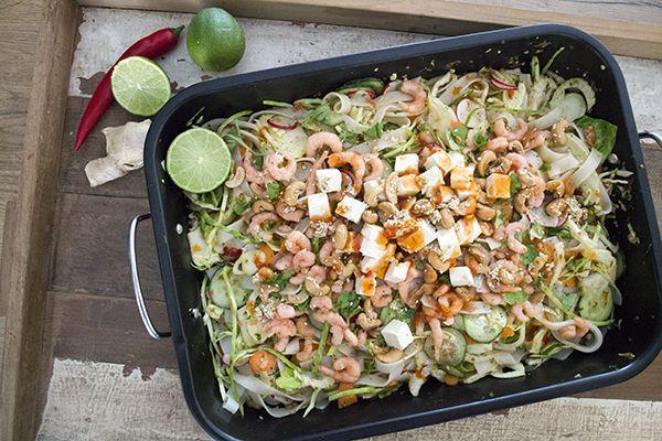 Houdt je van Thaise recepten? Houdt je van salades? Dan moet je deze Thaise noedelsalade met chili tofu echt eens proberen! Heerlijk voor in de zomer!
