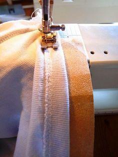 家庭用ミシンでニットを縫うと、何も対策をしないと、どうしても生地が伸びてしまいます。 普通に直線を縫っているだけなのに、ビロ~~ンとしてしまうのです。家庭用ミシンにある伸縮縫い(細いギザギザ模様)もいいのですが、ニットの裾など表から見えるところは何となく直線にしたいもの。 ...