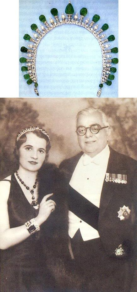 An emerald and diamond art deco tiara necklace, worn by Andree, Begum Aga Khan III. Designed as a series of ninteen carved emerald pear-shaped beads on diamond pinnacles, with smaller, pearl topped spacers.