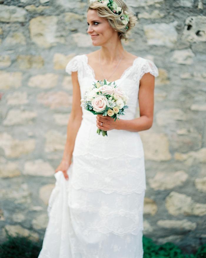 Hochzeit Auf Burg Crass | Friedatheres.com classic bride Fotos: Katja Scherle Kleid: Cymbeline gekauft bei SIÖDAM Location: Burg Crass Blumen: Grob Floraldesign Papeterie: Papierhimmel