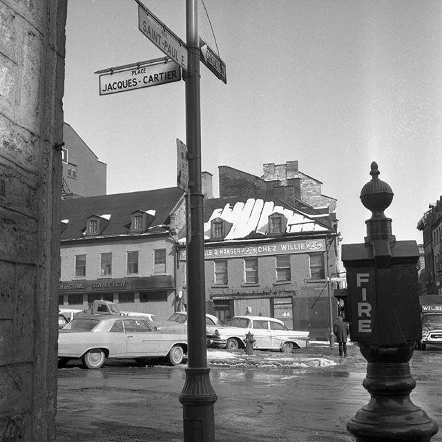 Je crois que nous somme à l'intersection de la place Jacques-Cartier et de la rue Saint-Paul en 1963. Archives de Montréal . . #514 #mtl #yul #montreal #montréal #montréaljetaime #streetsof514 #montreallife #jaimemtl#cinqcentquatorze #mtlmoments #archives #history #archivesmtl #vintage #vieuxmontreal
