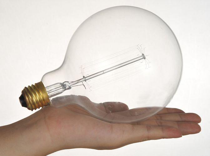 Dovolujeme si vám predstaviť dekoračnú žiarovku, ktorú nájdete len u nás. Jedná sa o dekoračnú žiarovku z retro kolekcie EDISON