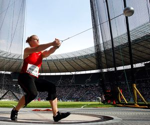 The Hammer Throw Workout Plan takes 4 weeks to complete, requires 4 days per week, and requires a(n) Intermediate skill level. Hammer Throw Workout Plan: Hammer throwing is a unique sport that requires explosive power and strength in addition to skill at a specific throwing motion used to launch an metal object. In the past, people threw hammers. In the modern Olympics, people throw a metal sphere. Doing hammer throw exercises is the only way to learn the proper technique. The more times an…