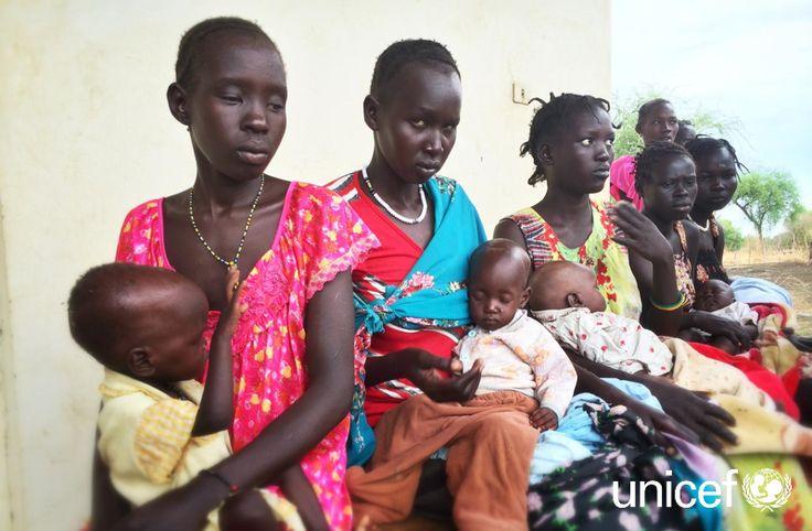 POMOC DLA DZIECI: Z dnia na dzień coraz więcej matek szuka pomocy dla swoich niedożywionych dzieci. Czasem kilometrami idą do przychodni, takiej jak ta w Pagak w stanie Górny Nil. Pomóż na www.unicef.pl/sudan.