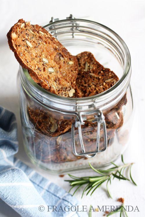 I crackers integrali con noci, uvetta e rosmarino (una ricetta di Sabrine, FRAGOLE A MERENDA, http://www.fragoleamerenda.it/2014/03/crackers-integrali-con-noci-uvetta.html)