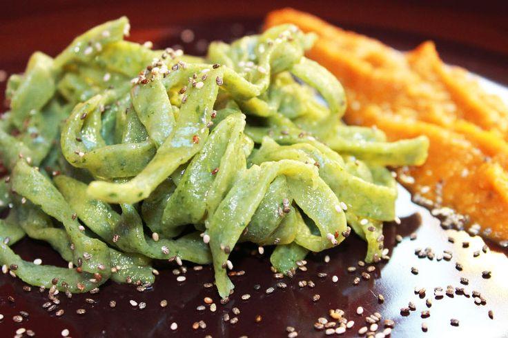Le tagliatelle verdi sono un'ottima variante vegana per preparare la pasta fresca fatta in casa, che si ottiene con l'aggiunta di spinaci...
