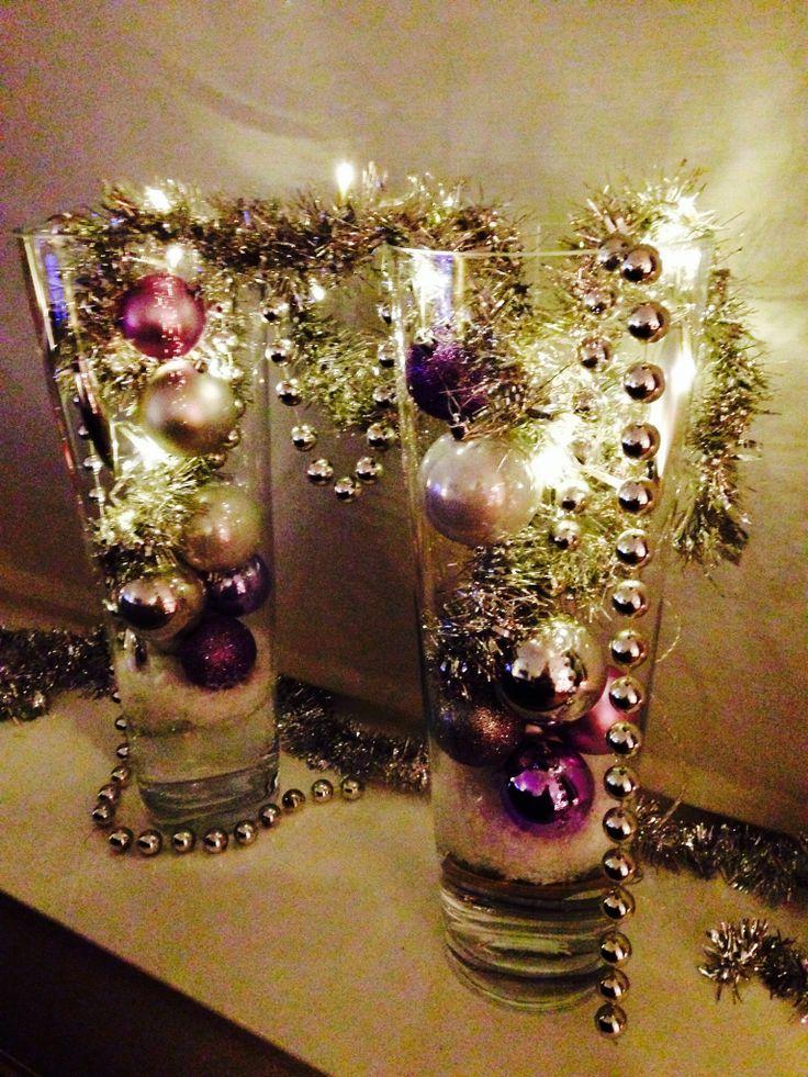 Kerstversiering in hoge vazen met water, sneeuw en lichtjes