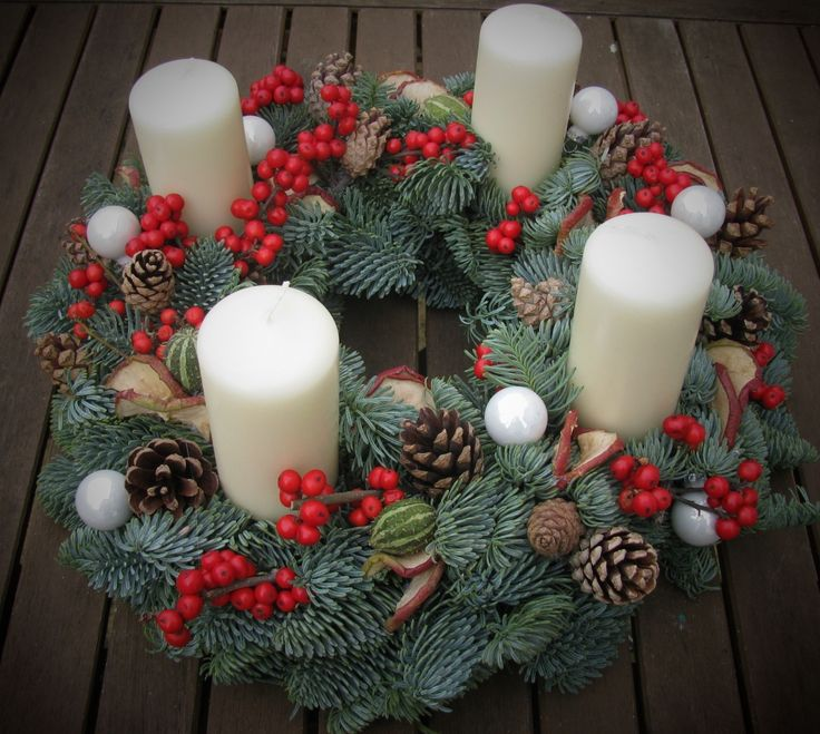 www.brigitteflowers.co.uk Advent wreath made with fresh pine, Ilex, pinecones and white bubbles. Made by Brigitte de Wert