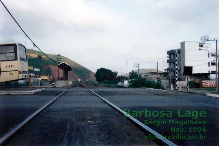 """Trem """"Expresso da Mantiqueira"""" aproximando-se do estribo junto à passagem de nível em Barbosa Lage, Juiz de Fora"""
