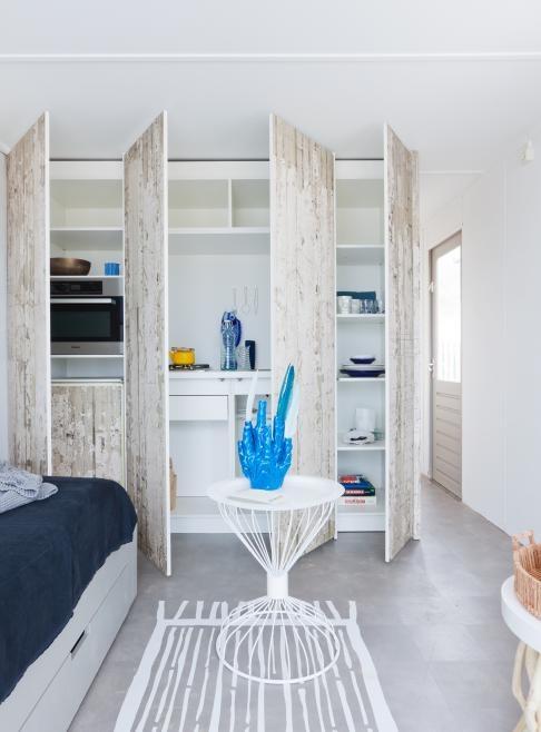 Wandkast (alles bedekkende) Kastdeuren behangen met whitewash print
