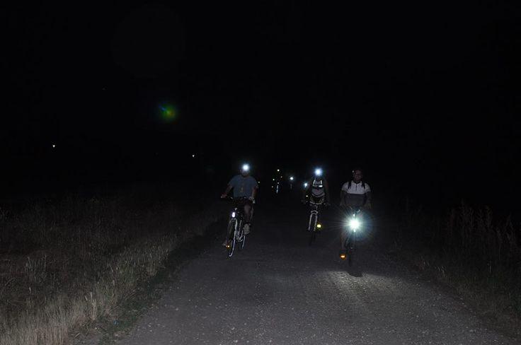 Biciclettata notturna (Foto di M.Fenizia) lungo La Via dei Cairoli organizzata dall'Associazione Uomo e Territorio Pro Natura (www.laviadeicairoli.it).
