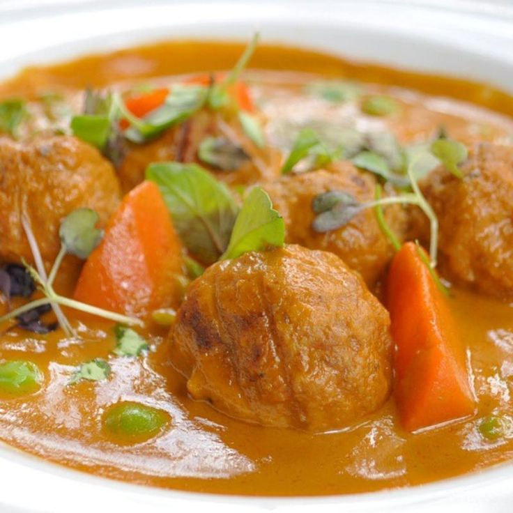 http://bommasrecepten.com/vleesballetjes-in-kokosmelk-en-curry-saus/    #recepten #koken #indiaas    Klik afbeelding om het recept te lezen.