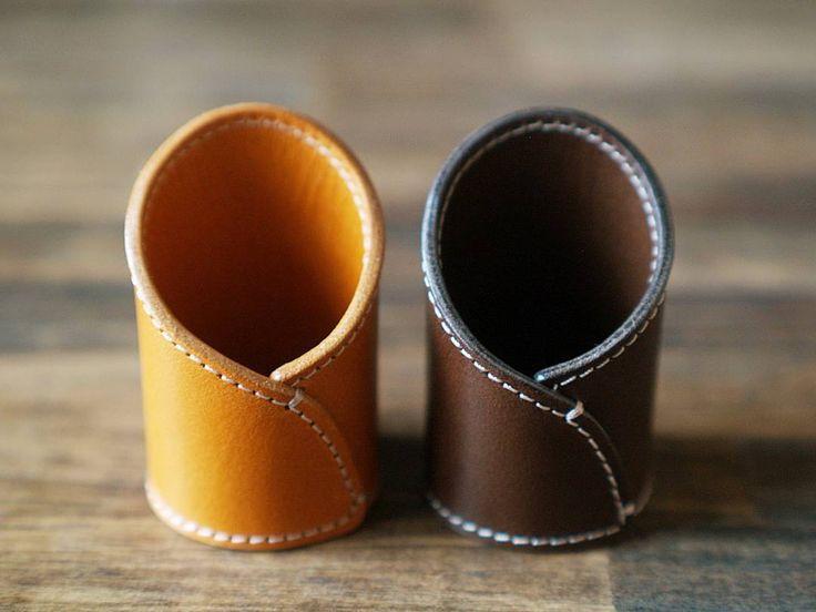 革で作った伝票立て。    刻印も、テーブル番号の革タグもない、とてもシンプルなものです。  テーブルの上で控えめな存在感です。    #leather #leathergoods  #leathercraft  #leatherwork#handmade #handwork  #KURASHIRU #kaumo#CheckStand #革 #革小物 #レザークラフト #栃木レザー #植物タンニンなめし #ハンドメイド #手仕事 #暮らし #ライフスタイル #伝票立て #伝票スタンド #店舗用品