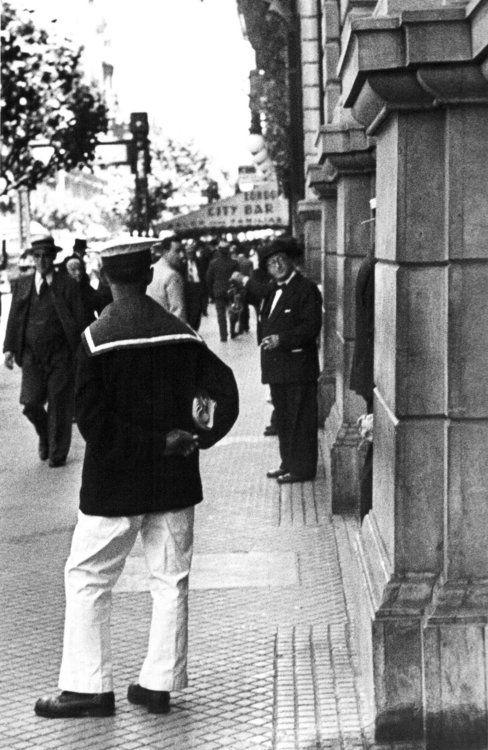 Horacio Coppola, Vista de la Avenida de Mayo casi esquina Perú,  Buenos Aires, Argentina, 1936.