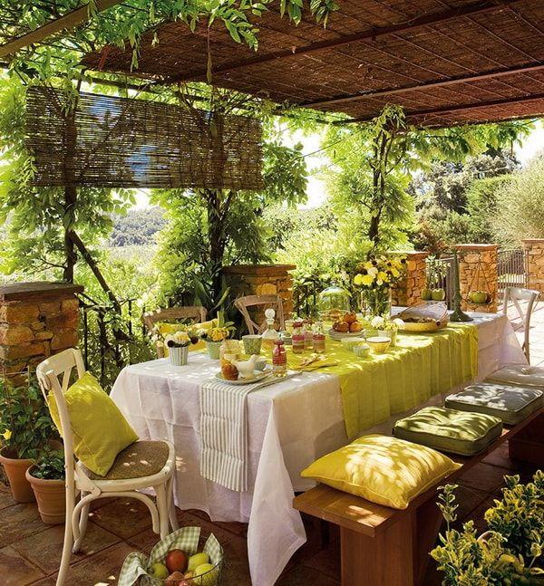 Mesa al aire libre decorada en tonos verdes y amarillos
