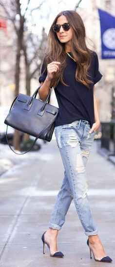 Keep it simple as 1,2,3 and go for a navy simple tee and pair it with ripped slim-fit light blue jeans, comfy pumps and complete the look by adding a black leather handbag and tortoise rounded sunglasses.
