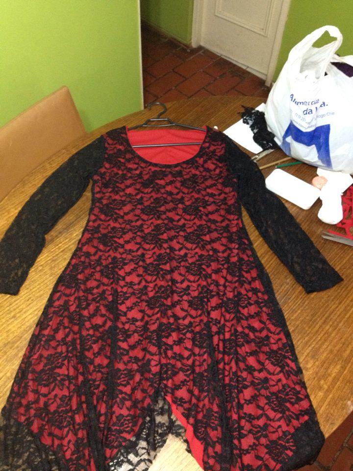 Vestido de encaje negro con forro rojo, a medidas !!!