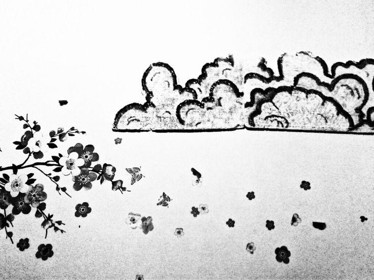 Menikmati hitam dan putih yg menakjubkan. Saling berinteraksi antara hitam dan putih.  Awan menaungi kelopak-kelopak sakura yg menari bersama angin.