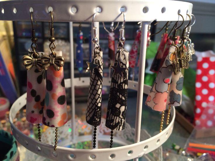 Boucles d'oreilles en tissu enduit, chaînes billes et breloques assorties