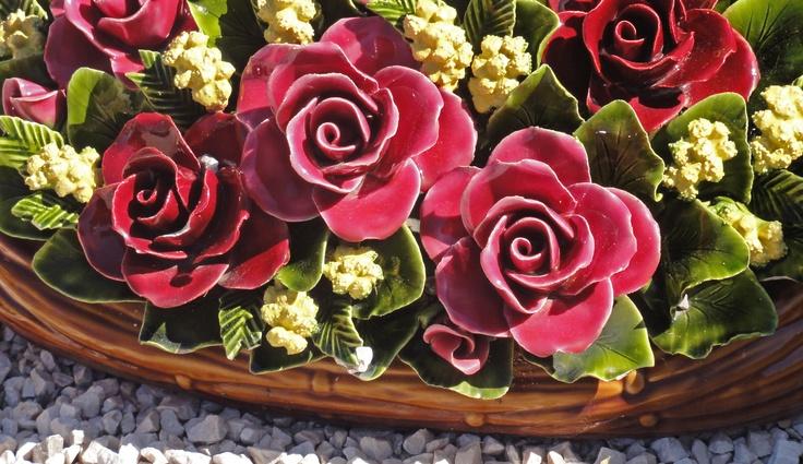 All handmade Ceramic flowers Made in France Cemetery tradition Detail van de bloemen van keramiek op de begraafplaats in Frankrijk. Een Franse traditie.