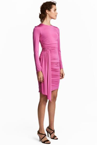 Vestido en punto elástico de viscosa con brillo. Modelo de manga larga con cuerpo ligeramente drapeado, falda asimétrica y detalle drapeado en el lateral. F