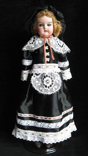 «Платье для антикварной куклы»  Автор: Елена Елагина  Размер: 46 см  Материал: Атлас, антикварные кружева, шитье